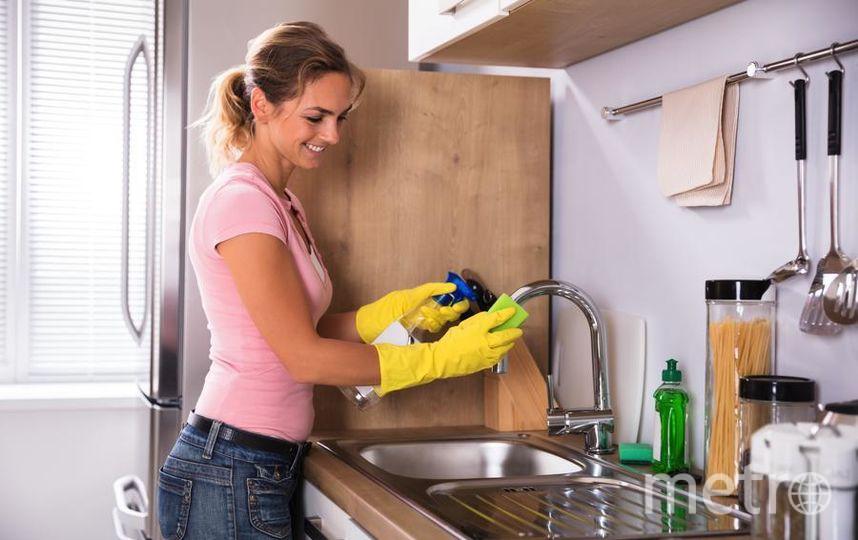 Так выглядит каноническая флай-леди: у неё сияющая раковина, сама она не измучена уборкой, ухожена и вполне довольна жизнью. Фото Depositphotos.com