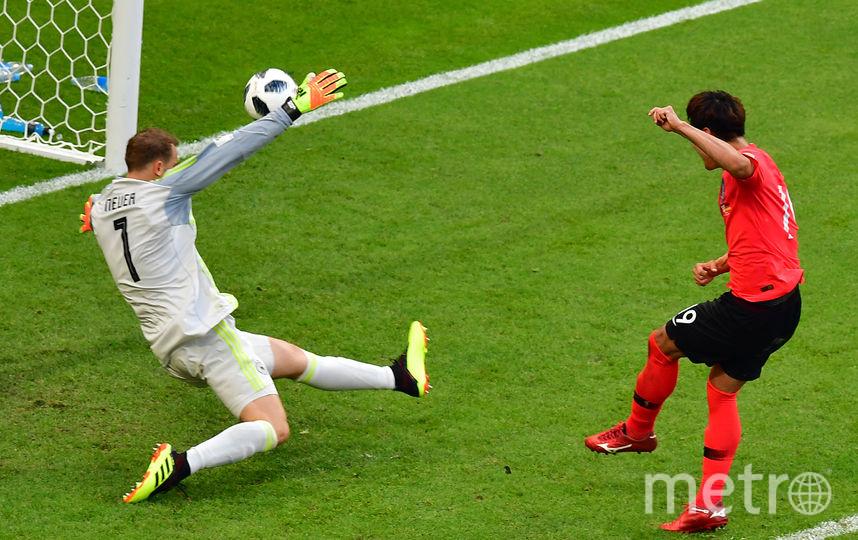 Южнокорейы забивают первый мяч. Фото AFP