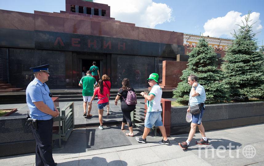 Болельщики рассказали, почему готовы стоять в гигантских очередях в мавзолей Ленина. Фото Василий Кузьмичёнок