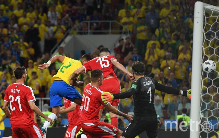 Защитник бразильцев Тиагу Сильва поражает ворота сербов. Фото AFP