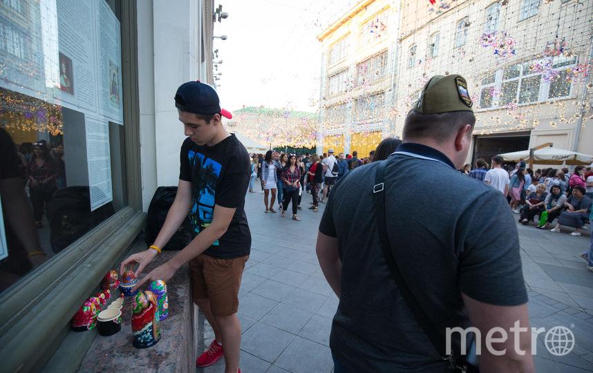 Полицейские, которые борются с несанкционированной торговлей на Никольской, попросили не публиковать фото их лиц. Фото Василий Кузьмичёнок