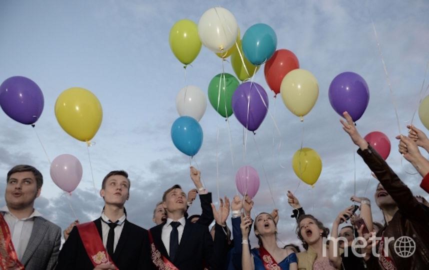 Выпущенные выпускниками шары запутались в проводах. Фото РИА Новости