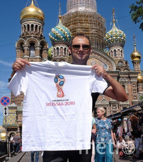 "Муфади привезёт в Израиль три сувенирных мяча, футболки и магнитики. Фото Алена Бобрович, ""Metro"""