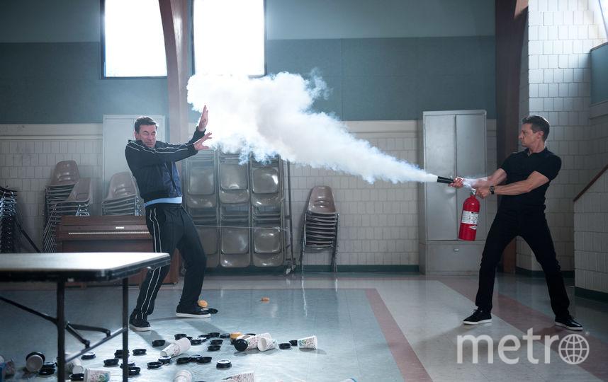Джереми Реннер обижает Джона Хэмма. Фото Warner Bros