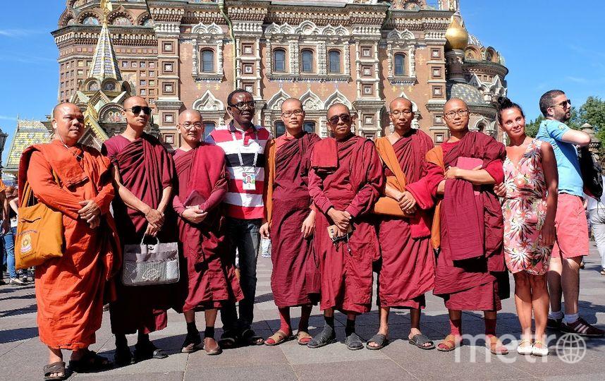 """Буддийские монахи из Бирмы решили не ходить в фан-зону, но пофотографировались с болельщиками. Фото Алена Бобрович, """"Metro"""""""