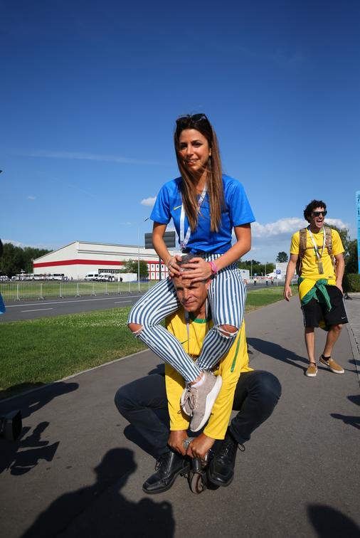 Андреа не решалась прокатиться, но потом отдала дань уважения легенде бразильских болельщиков. Фото Василий Кузьмичёнок