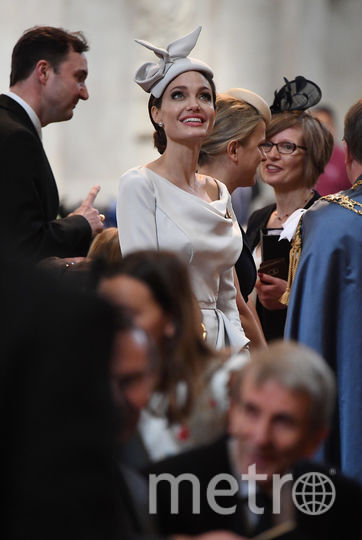 В чем Анджелина Джоли пришла на королевскую службу картинки