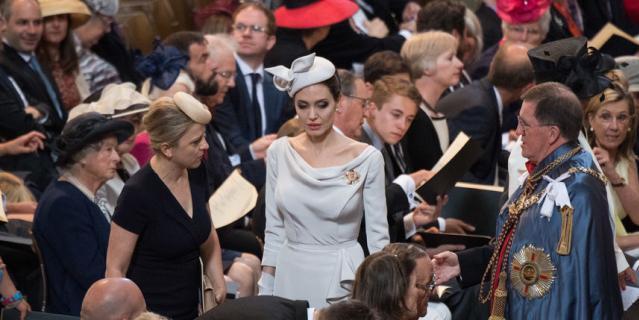 """Анджелина Джоли в """"королевском"""" образе в Лондоне."""