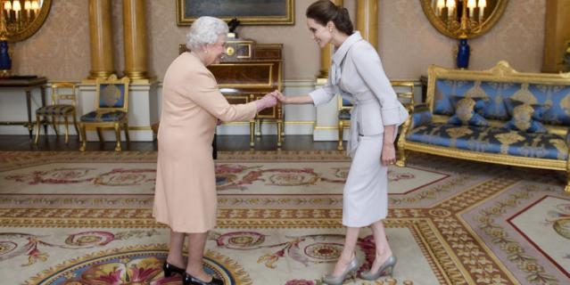 Анджелина Джоли в 2014 году на аудиенции у королевы, где ей Елизавета II вручила орден.
