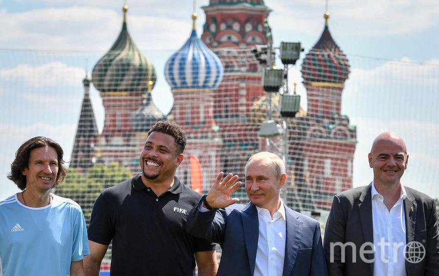 Путин и Инфантино сыграли в футбол на Красной площади. Фото AFP