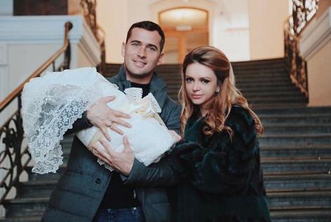 Александр Кержаков и Милана Тюльпанова с сыном Артемием. Фото www.instagram.com/milana_kerzhakova