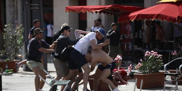 Столкновение российских и английских фанатов в Марселе.