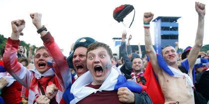 Российские болельщики обезумели от счастья после победы сборной. Фото