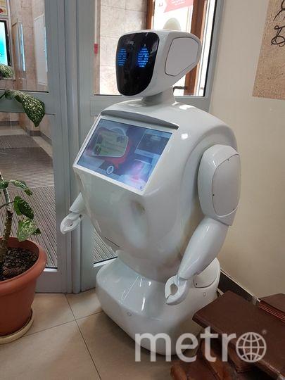 Пообщаться с роботом подходят в основном дети и подростки. Фото Василий Кузьмичёнок