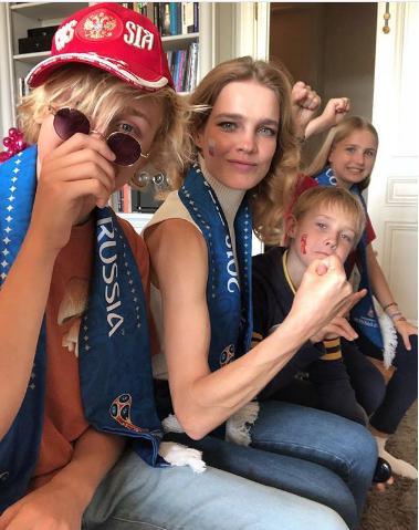 Супермодель Наталья Водянова с детьми болеет за Россию. Фото www.instagram.com/natasupernova