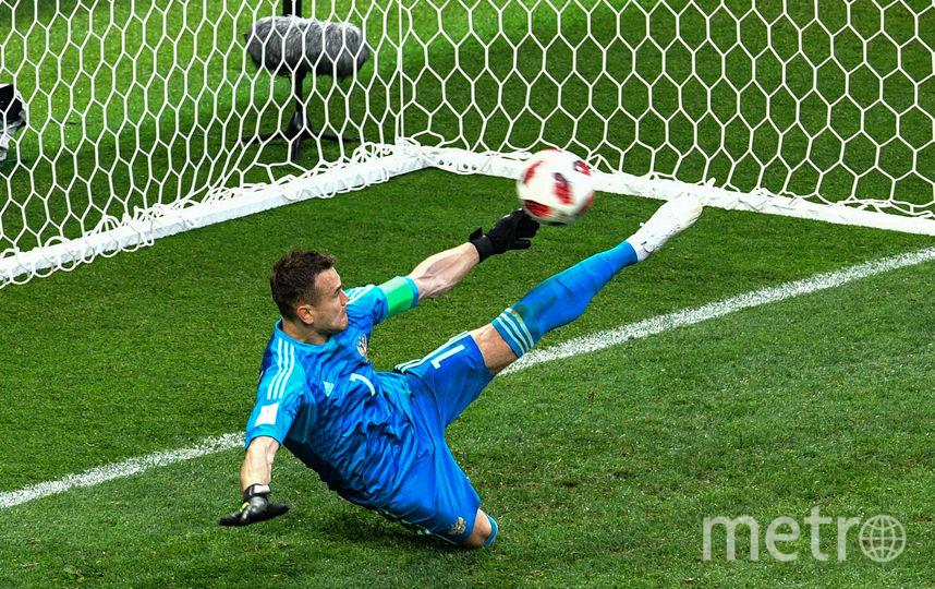 Акинфеев отбивает мяч ногой во время послематчевых пенальти. Фото AFP