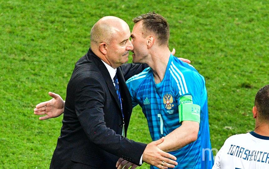 Станислав Черчесов и Игорь Акинфеев поздравляют друг друга с победой. Фото AFP