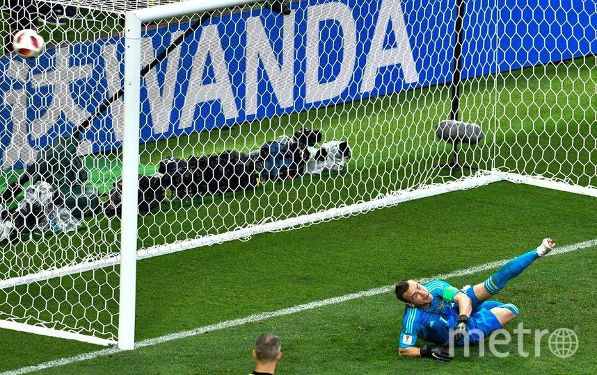 Игорь Акинфеев отбивает мяч во время послематчевых пенальти. Фото AFP