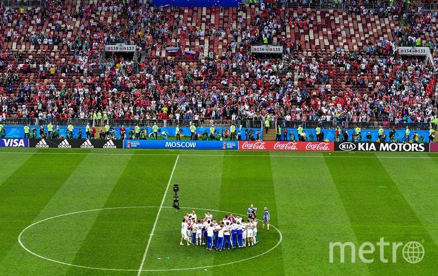 Сборная России отмечает победу в матче с испанцами. Фото AFP