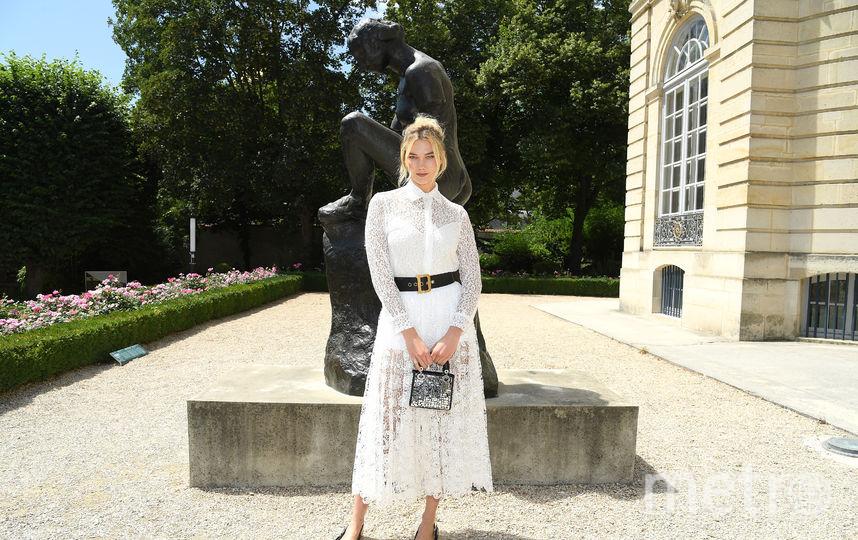 Звезды на Неделе моды в Париже. Показ Christian Dior. Карли Клосс. Фото Getty