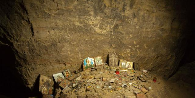 Внутри пещеры все установлено иконами от мала до велика и забросано монетками.