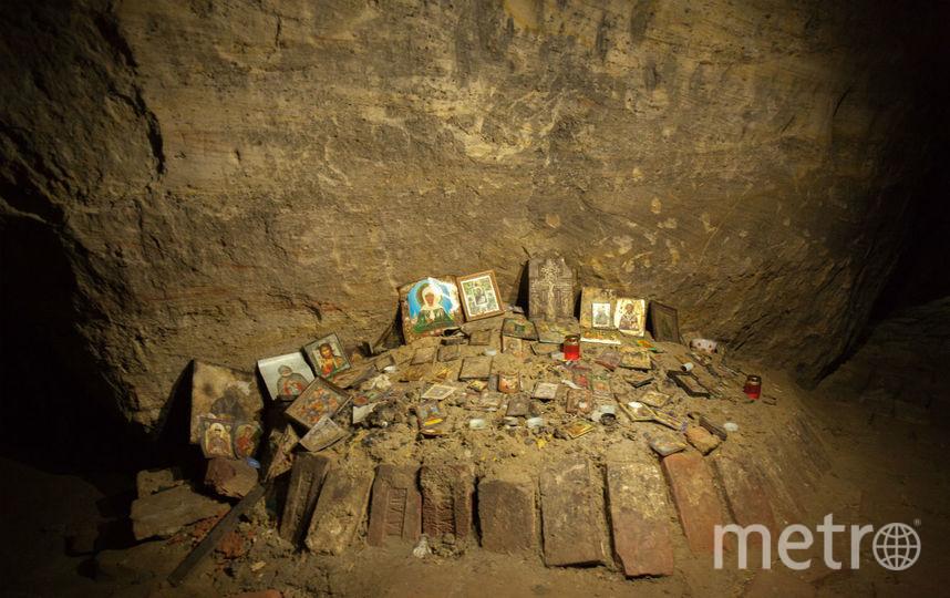Внутри пещеры все установлено иконами от мала до велика и забросано монетками. Фото Арсений Кашкаров.