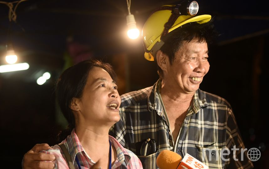 Спасатель с одним из родственников. Фото AFP