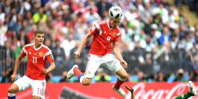 Юрий Газинский забивает в ворота Саудовской Аравии.