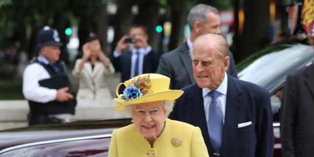 Желтый часто встречается в гардеробе королевы (июль 2017).