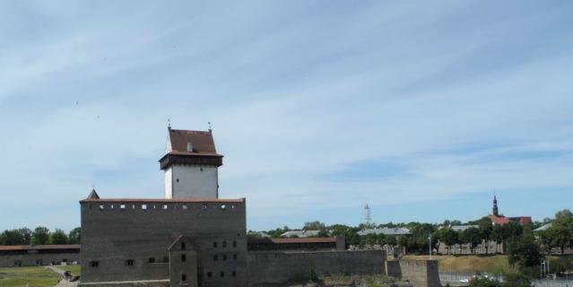 Через реку Нарва, из окна Ивангородской крепости, видна эстонская жизнь.