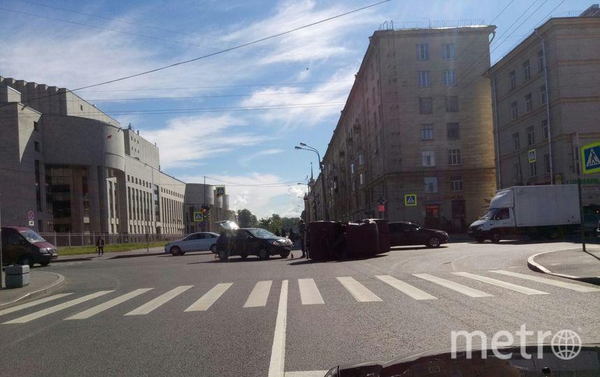 ДТП на перекрестке Бассейной и Варшавской. Фото vk.com/spb_today, vk.com