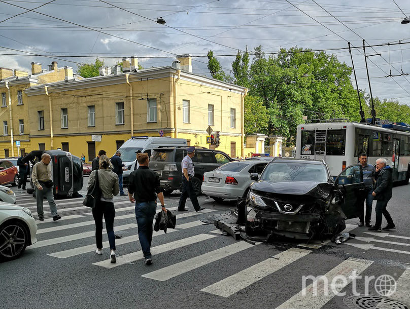 НаЛитейном перевернувшаяся иностранная машина заблокировала проезд вцентр Петербурга