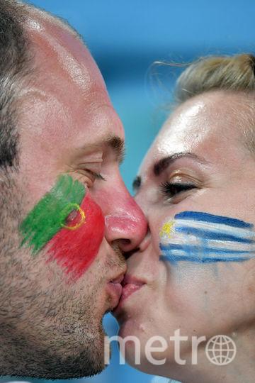 Целующиеся болельщики на трибунах стадионов чемпионата мира. Фото AFP