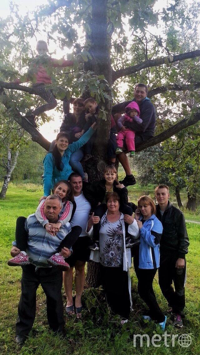 """На фото наша  большая  дружная семья три поколения. """"Семейные  традиции""""  в  нашей  семье  это встречаться  всем  вместе на  природе. Мы  радуемся  друг  за  друга  поддерживаем в трудную минуту, не смотря на расстояние. Фото  сделано  в городе  Пушкине 2014 году, за  это время  у нас  пополнее, родилось еще 2 малыша. Фото Попова Елена"""