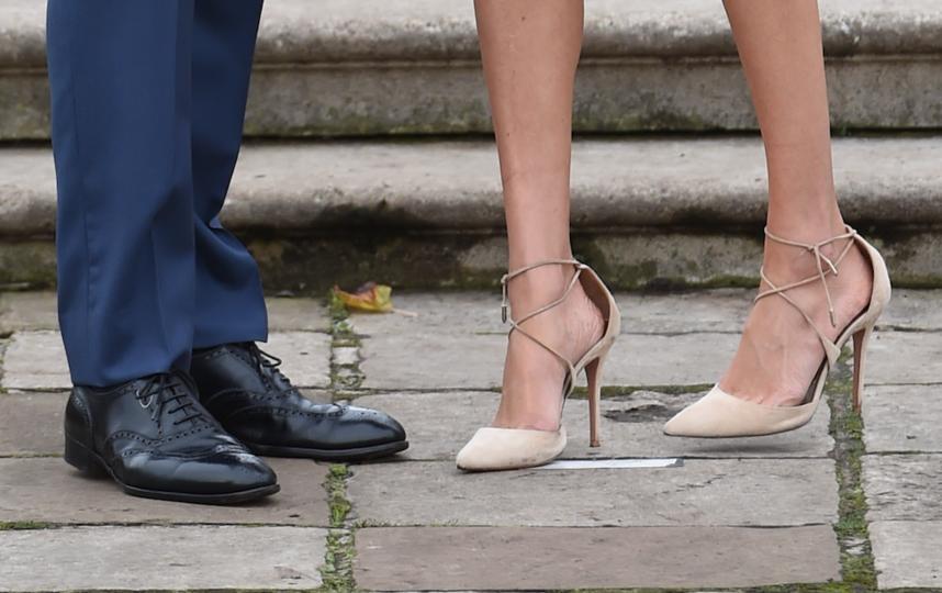 Практически во время каждого выхода в свет безупречный наряд жены принца дополняется туфлями на размер больше. Фото Getty
