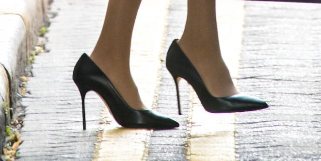 Практически во время каждого выхода в свет безупречный наряд жены принца дополняется туфлями на размер больше.
