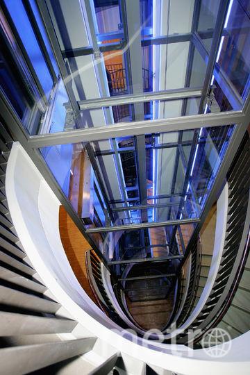 Лифт неожиданно начал набирать высоту и врезался в потолок. Фото Getty