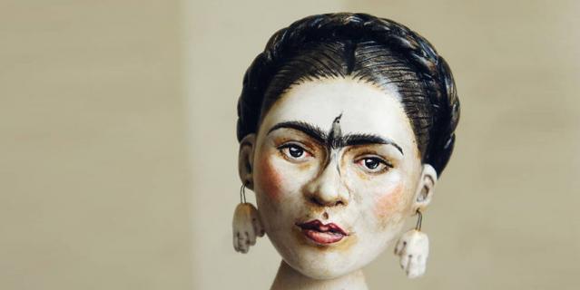 Кукла изготовлена по карандашному автопортрету Фриды 1946г., где она изобразила птицу на своём лице и серьги - руки в ушах.