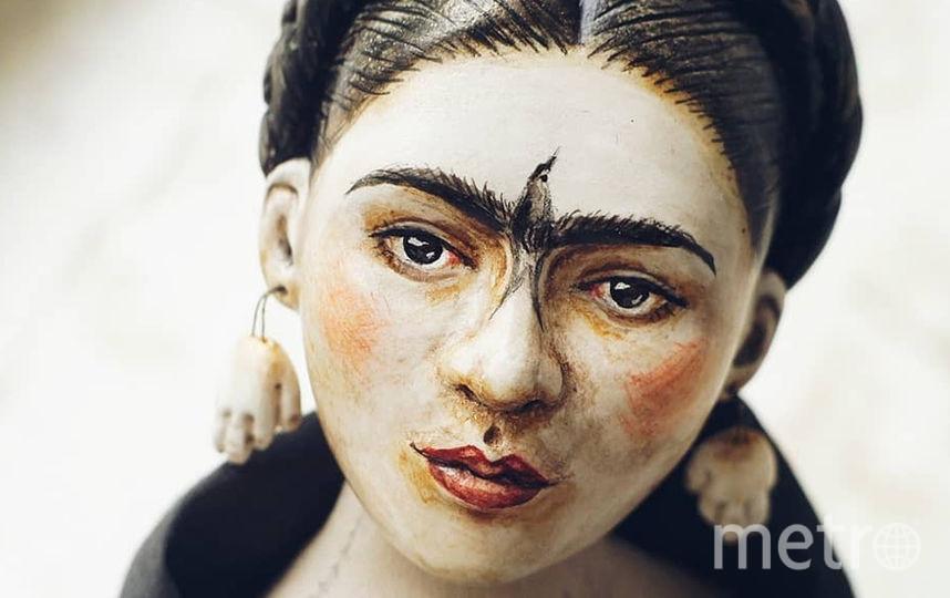 Кукла изготовлена по карандашному автопортрету Фриды 1946г., где она изобразила птицу на своём лице и серьги - руки в ушах. Фото https://www.instagram.com/olga.cherepanava/