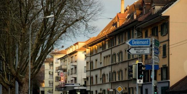 Дениз и Рето живут в 30 мин езды от Берна, городе Биль, также известном как Бьен.