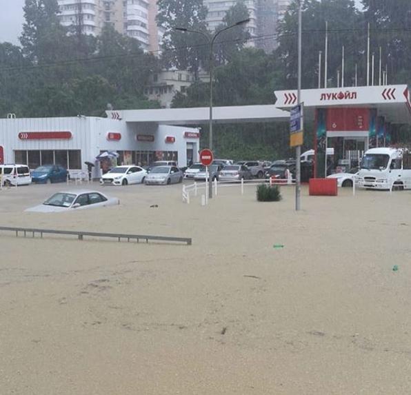 Ливень стал причиной потопа в Адлерском районе Сочи. Фото Скриншот Instagram: katrin_grad89