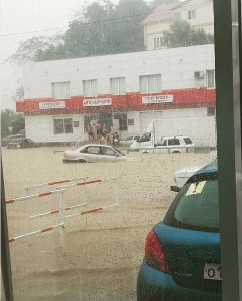 Ливень стал причиной потопа в Адлерском районе Сочи. Фото Скриншот Instagram: more.sochi.kupit.kvartiry