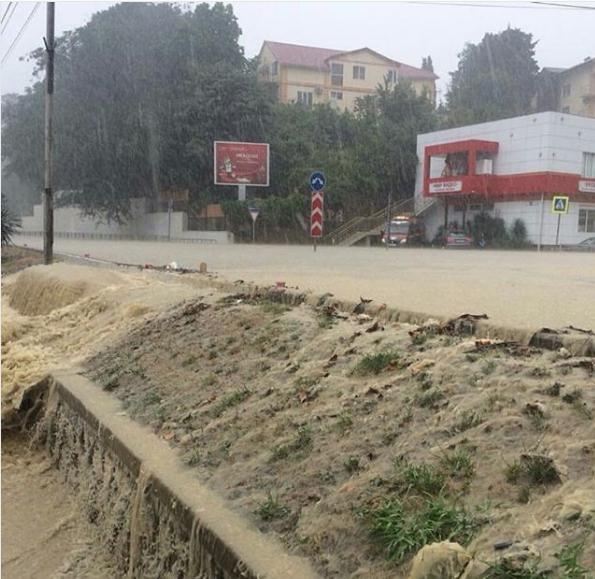 Ливень стал причиной потопа в Адлерском районе Сочи. Фото Скриншот Instagram: irusya_sochi