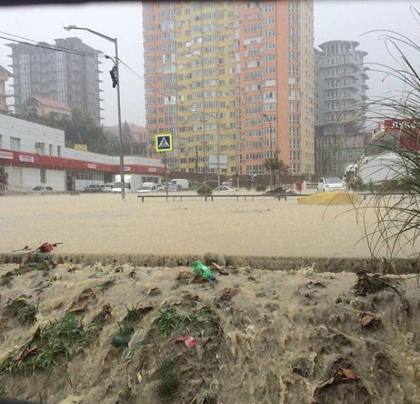 Ливень стал причиной потопа в Адлерском районе Сочи. Фото Скриншот Instagram: poshchenk