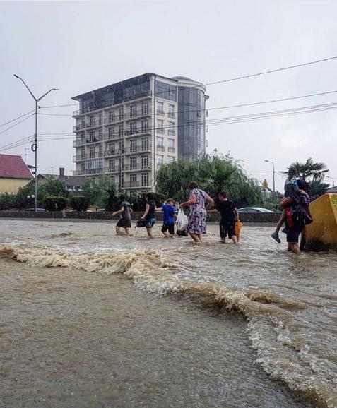 Ливень стал причиной потопа в Адлерском районе Сочи. Фото Скриншот Instagram: yanafidler