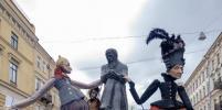 День Достоевского: Гигантские старухи прогулялись по Петербургу