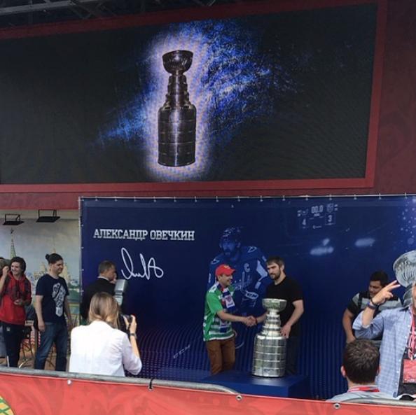 Более восьми тысяч болельщиков пришли в фан-зону чемпионата мира по футболу, чтобы сфотографироваться с кубком. Фото Скриншот Instagram: __annet__k