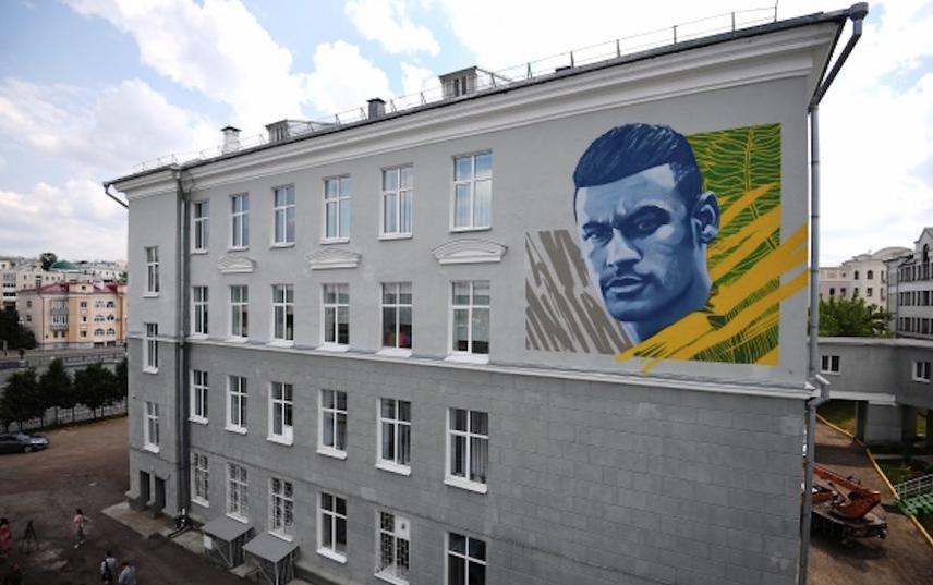 Граффити с Неймаром в Казани. Фото РИА Новости