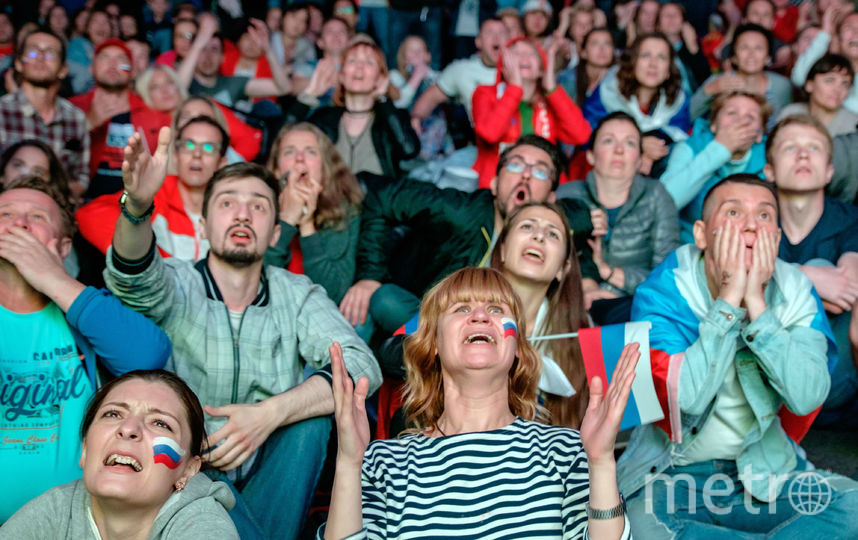 """Болельщики в фан-зоне на Конюшенной. Фото Алена Бобрович, """"Metro"""""""