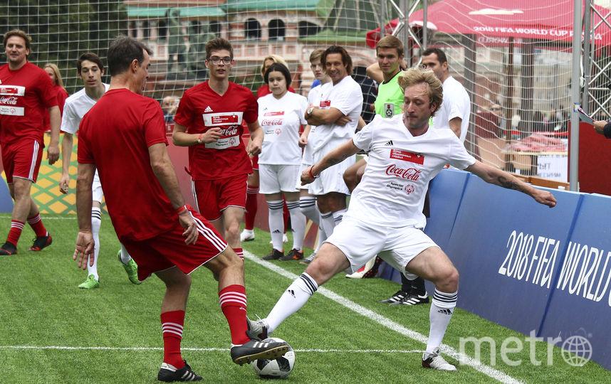 Владимир Эрост спешит забрать мяч у Евгения Плющенко. Фото Фото предоставлено Coca-Cola.